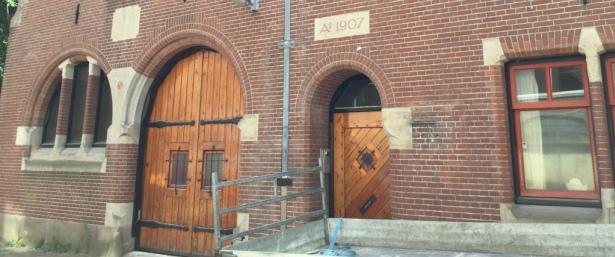 Bakstenen vloer voormalig koetshuis grotendeels gelift