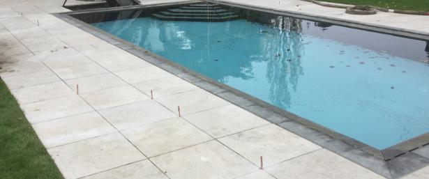 Les dalles autour de la piscine sont joliment alignées