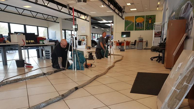 Showroomvloer wordt hersteld met URETEK Floorlift methode